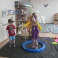 Празднование дня рождения в младшей группе «Пузыри воздушные, такие непослушные» (фотоотчет)