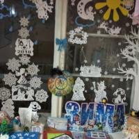 Украшаем окна в группе детского сада на зимнюю тематику