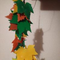 Гирлянда из осенних кленовых листьев