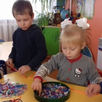 Дидактическая игра «Бусы для мамы»