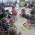 Фотоотчет занятия в первой младшей группе по коллективной аппликации «Цыплята»» к Пасхе