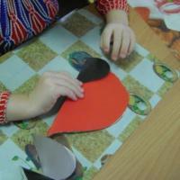 Конспект занятия по конструированию из бумажных сердечек «Снегири»