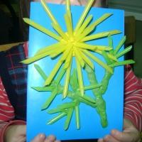 Детский мастер-класс. Праздничная открытка «Цветок из трубочек для коктейля и пластилина»
