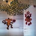 Украшение окна. Композиция «Озорная парочка огненных обезьян»