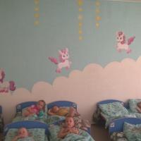 Оформление спальни в детском саду для детей в возрасте от 2 до 3 лет