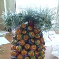 «Новогодний ананас». Поделка из конфет