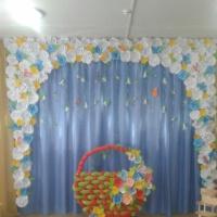 Оформление музыкального зала ко Дню матери бумажными розами