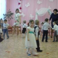 Фотоотчет о проведении музыкально-игровой программы к Дню 8 Марта «Подрастаем вместе с мамой» в младшей группе
