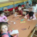 Изготовление открытки для мамы на 8 Марта детьми средней группы