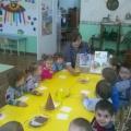 Коллективная работа детей первой младшей группы «Вышла курочка гулять…»