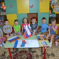 Конспект интегрированной деятельности в первой младшей группе на тему «Знакомство с российским флагом»
