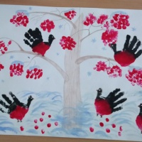 Коллективная работа «Снегири зимой» в первой младшей группе (нетрадиционное рисование ладошками и пальчиками)