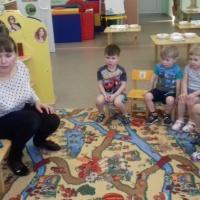 Фотоотчет о рисовании «Неваляшки» во второй группе раннего возраста