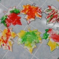 Коллективная работа первой младшей группы пальчиковыми красками «Осенние листья»