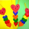Аппликация— закладка для книг «Гусеничка из сердечек»