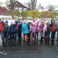 Фотоотчёт «Прогулка осенью в средней группе «Первый снег»