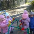 Фотоотчет об осенней прогулке с детьми младшей группы