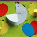 Аппликация из цветной бумаги для детей младшего и среднего возраста «Курочка с цыплятами»