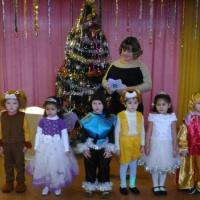 Фотоотчет о новогоднем утреннике в средней группе «Баба-яга на ёлке у ребят»
