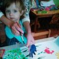 Коллективная работа в технике нетрадиционного рисования «Цветочная поляна для любимой мамы» в первой младшей группе