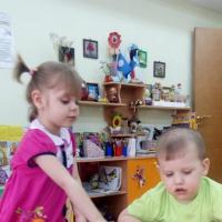 Дидактическая игра по сенсорному развитию детей раннего возраста «Цветные ладошки»