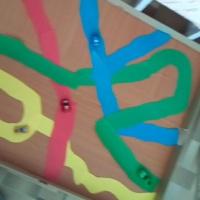 Дидактическая игра-пособие для детей младшего дошкольного возраста «Цветные дорожки»