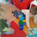 Фотоотчет о занятии по аппликации из цветной бумаги «Легковой автомобиль» с детьми второй младшей группы