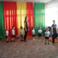 Спортивное развлечение для детей и родителей второй младшей группы «Папа, мама, я— здоровая семья»