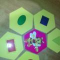 Дидактическая игра по математике «Помоги пчелке»