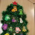 Художественно-творческая деятельность воспитателя с детьми средней группы. Лепка «Украсим ёлочку к празднику».