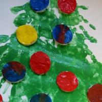 Фотоотчет о рисовании-экспериментировании в семейном детском саду «Нарядная елочка»