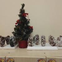 Фотоотчет об изготовлении поделки из шишек «Зимний пейзаж в лесу»