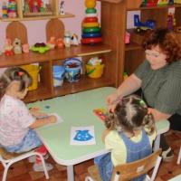Дидактическая игра «Пластилиновые заплатки» для детей раннего возраста. Одежда