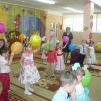 Фотоотчёт о празднике к международному женскому Дню 8 марта в средней группе «Нашим мамам»