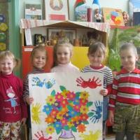 Фотоотчет о создании стенгазеты «Поздравляем с 8 Марта» в младшей группе