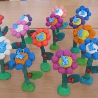 Детский мастер-класс по лепке «Цветочная поляна» в младшей группе