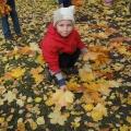 Что такое осень? Это— листья! Листья под ногами у ребят!