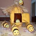 Улей с пчелами из пластиковых бутылок