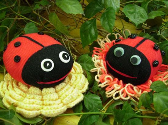 Забавных насекомых можно сделать с детьми из детских цветных колготок и носков.